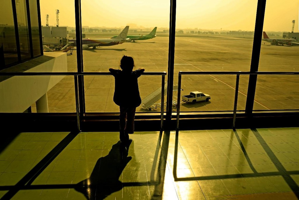 shutterstock_167225099 child airport