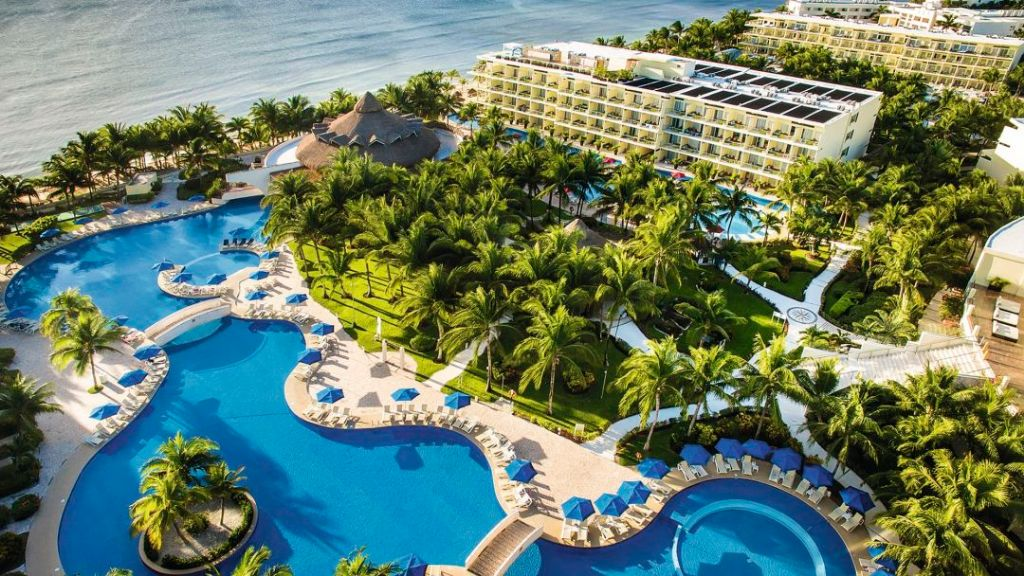 Pool and hotel grounds of the TUI SENSATORI Resort Riviera Cancun